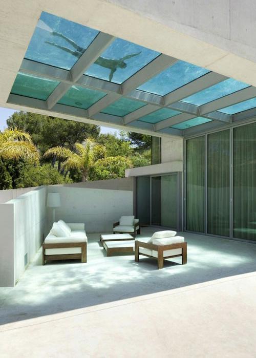 سقف شیشه ای این خانه استخر استسونا، حمام بخار و آشپزخانه در طبقه اول، قرار دارند و باقی قسمت ها در طبقه  های کوتاه بالایی ساخته شده اند. برای دیدن تصاویر این ویلای زیبا در ادامه  مطلب با ...